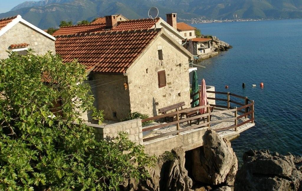 rn2368-charming-stone-house-kakrc