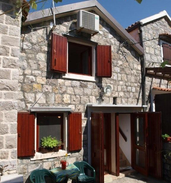 rn2368-charming-stone-house