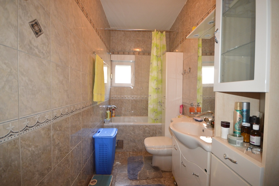 rn2378-comfortable-centrally-situated-apartment-bathroom