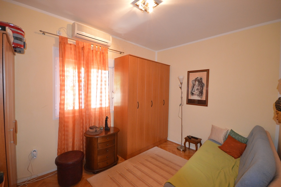 rn2378-comfortable-centrally-situated-apartment-bedroom-1