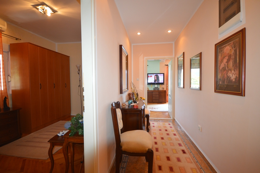 rn2378-comfortable-centrally-situated-apartment-hallway-1