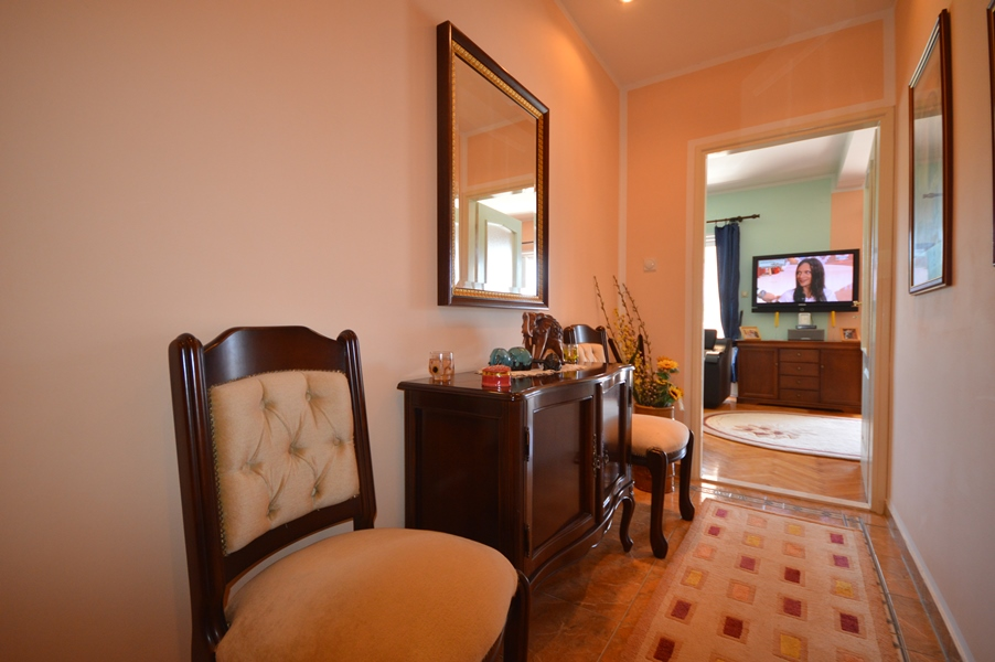 rn2378-comfortable-centrally-situated-apartment-hallway-2