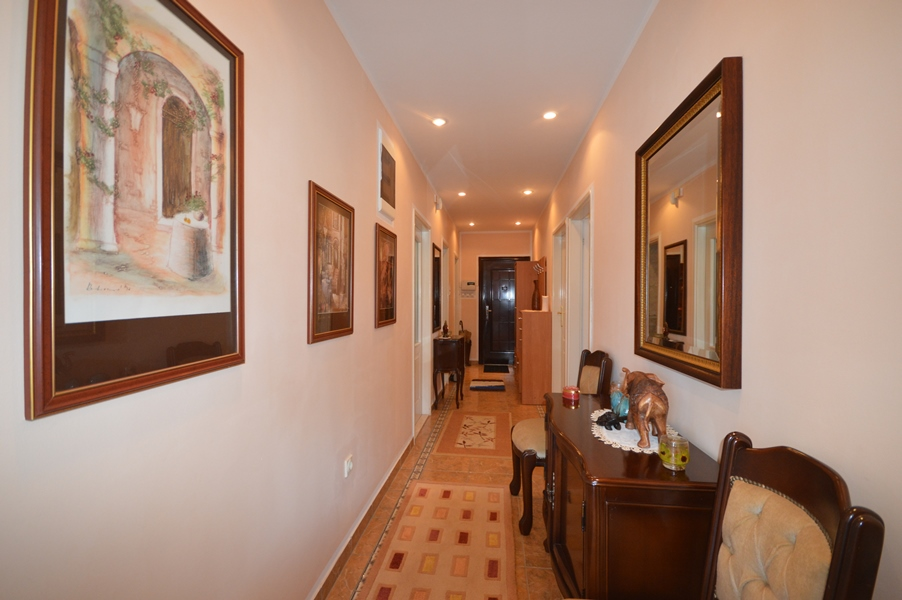 rn2378-comfortable-centrally-situated-apartment-hallway-3
