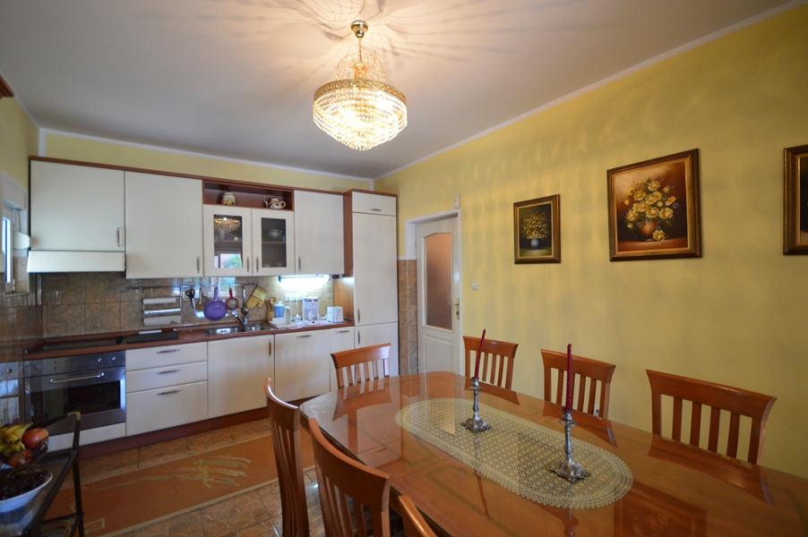 rn2378-comfortable-centrally-situated-apartment-kitchen