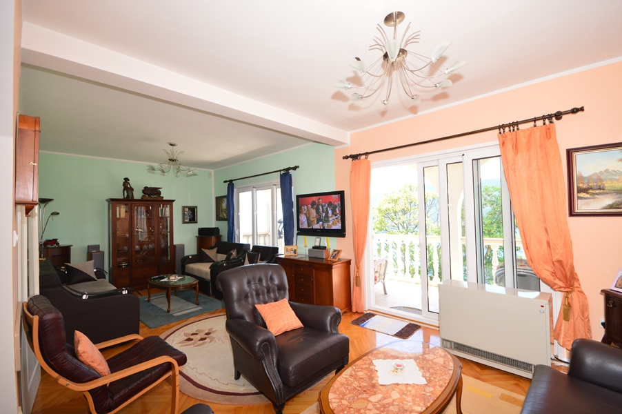 rn2378-comfortable-centrally-situated-apartment-living-room-1