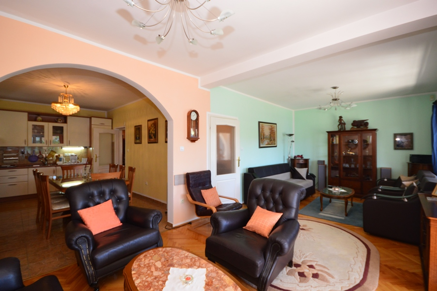 rn2378-comfortable-centrally-situated-apartment-living-room-2