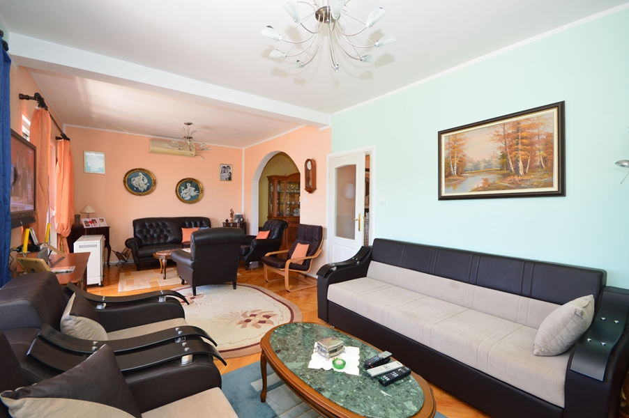 rn2378-comfortable-centrally-situated-apartment-living-room-3