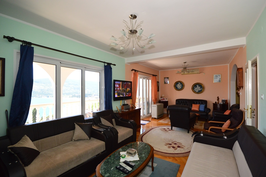 rn2378-comfortable-centrally-situated-apartment-living-room-4