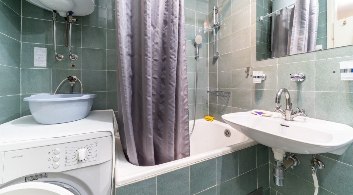 rn2379-modern-completely-renovated-apartment-bathroom-2