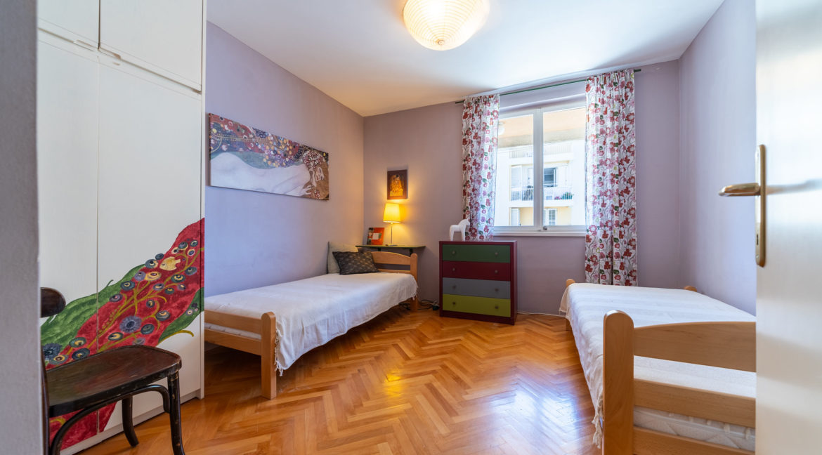 rn2379-modern-completely-renovated-apartment-bedroom-1