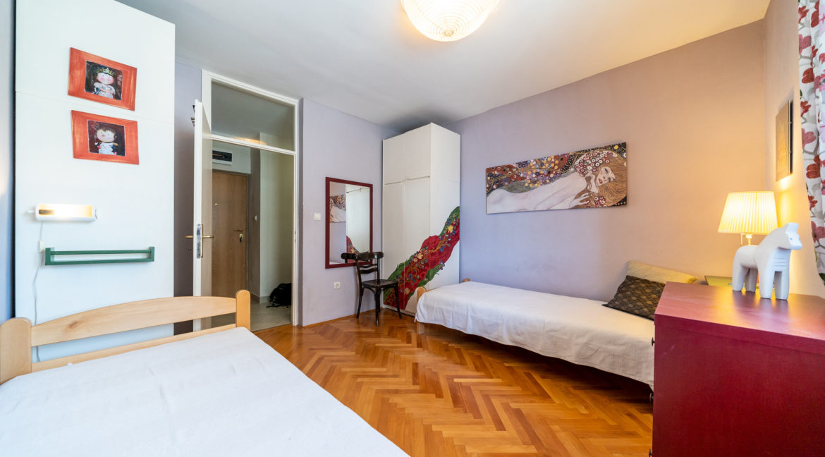 rn2379-modern-completely-renovated-apartment-bedroom-2