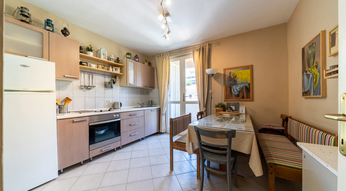 rn2379-modern-completely-renovated-apartment-kitchen