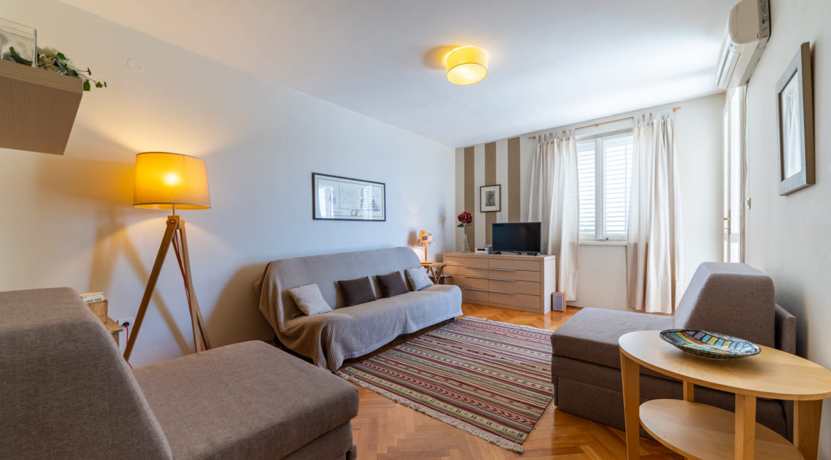 rn2379-modern-completely-renovated-apartment-living-room-1