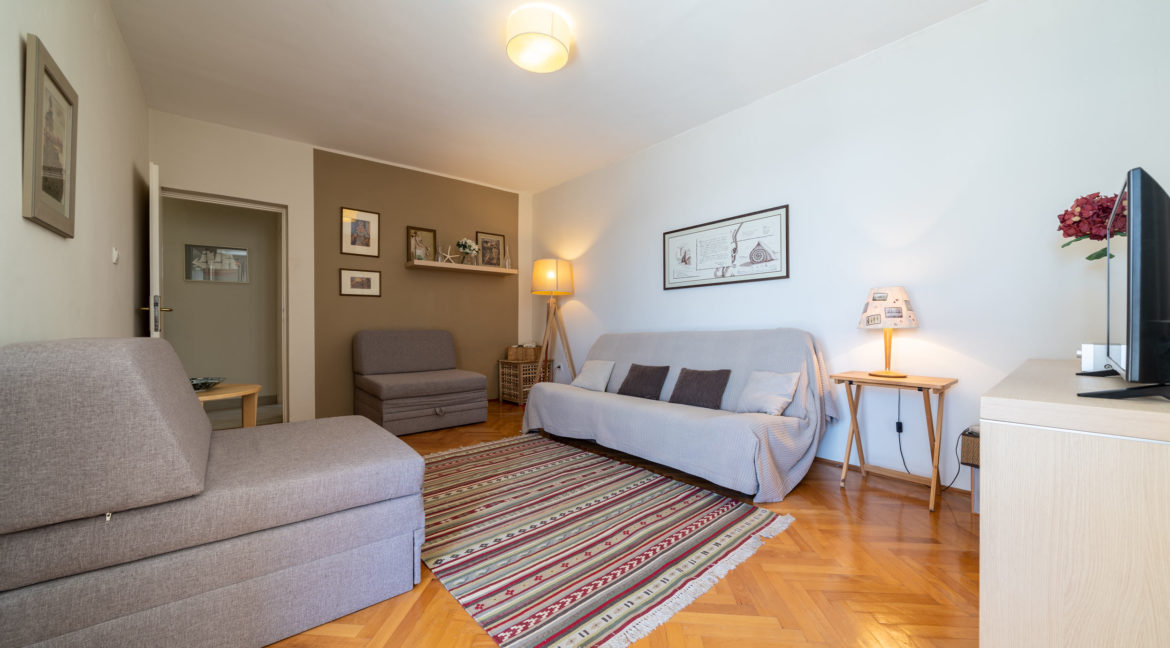 rn2379-modern-completely-renovated-apartment-living-room-2