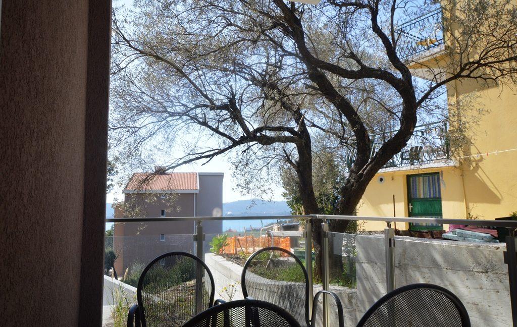 rn2380-quiet-apartment-balcony