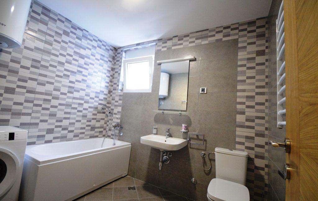 rn2380-quiet-apartment-bathroom