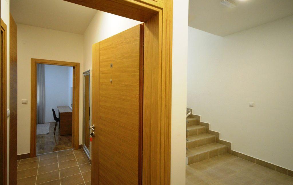 rn2380-quiet-apartment-entrance