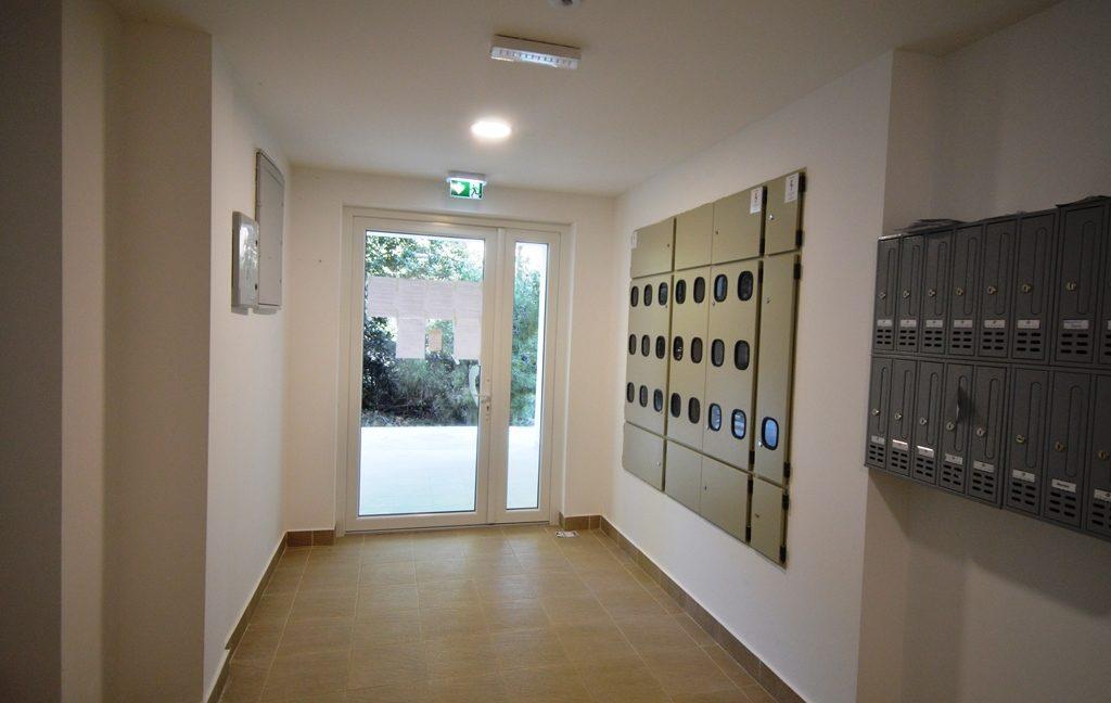 rn2380-quiet-apartment-entrance-bulding