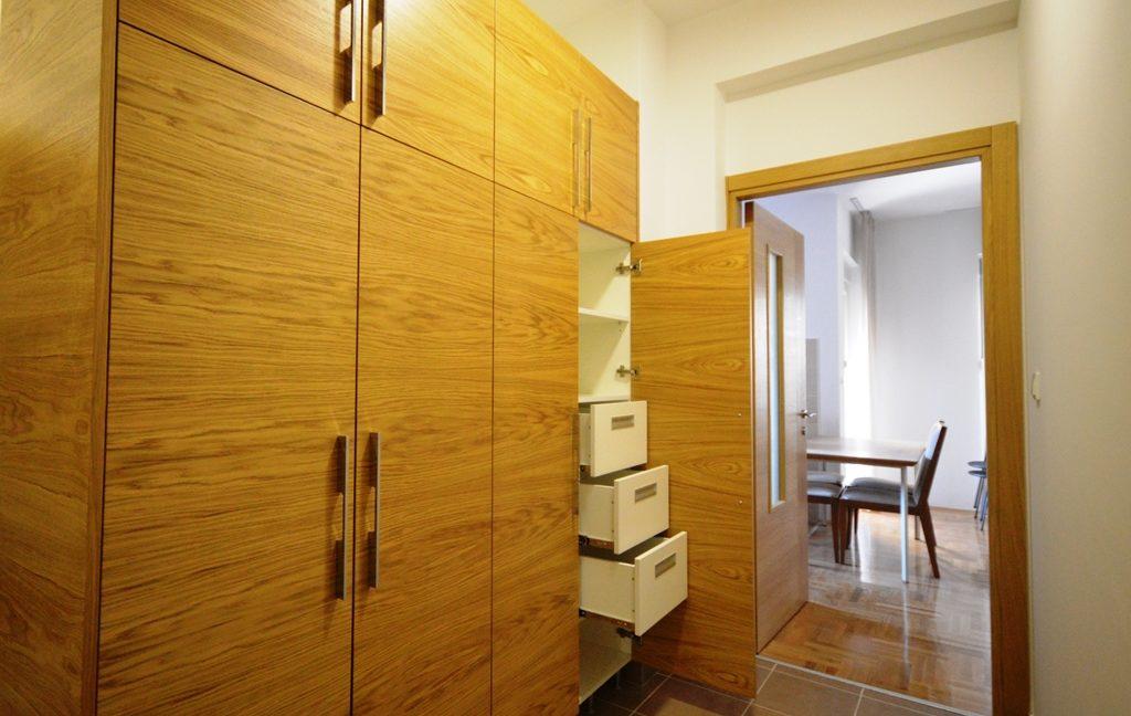 rn2380-quiet-apartment-hallway-2