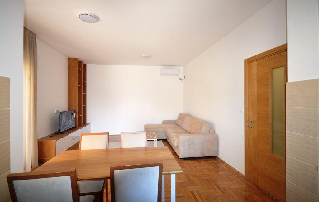 rn2380-quiet-apartment-living-room-1