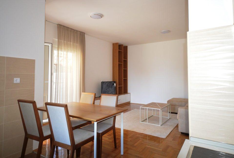 rn2380-quiet-apartment-living-room-2