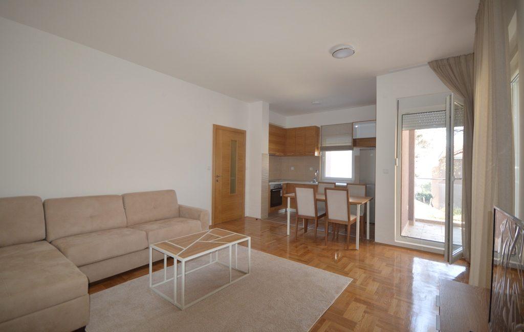 rn2380-quiet-apartment-living-room-3