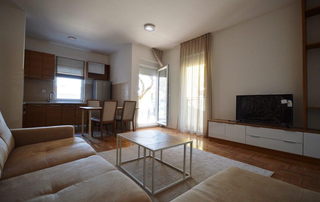 rn2380-quiet-apartment-living-room-4