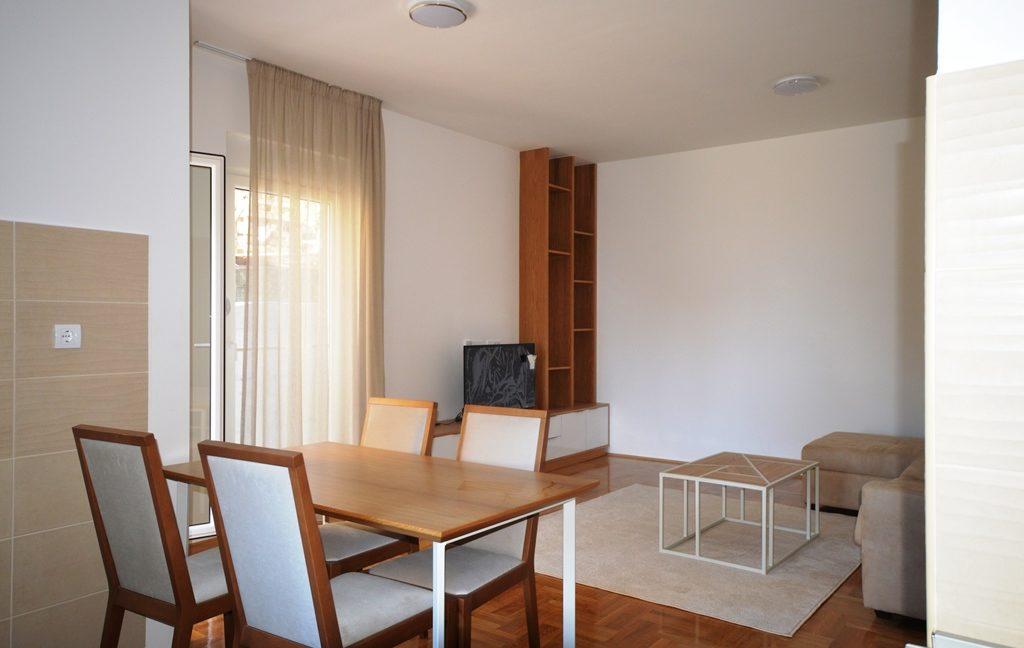 rn2380-quiet-apartment-living-room-dining-room