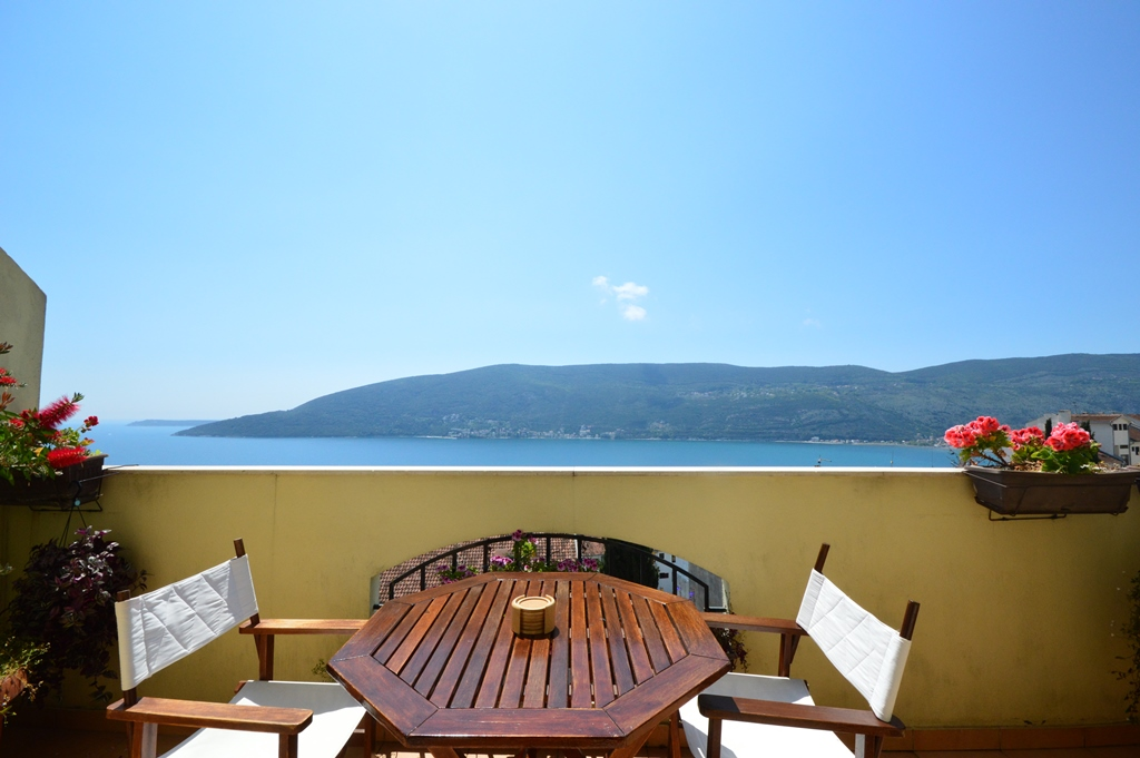 Furnished apartment with sea views in Herceg Novi