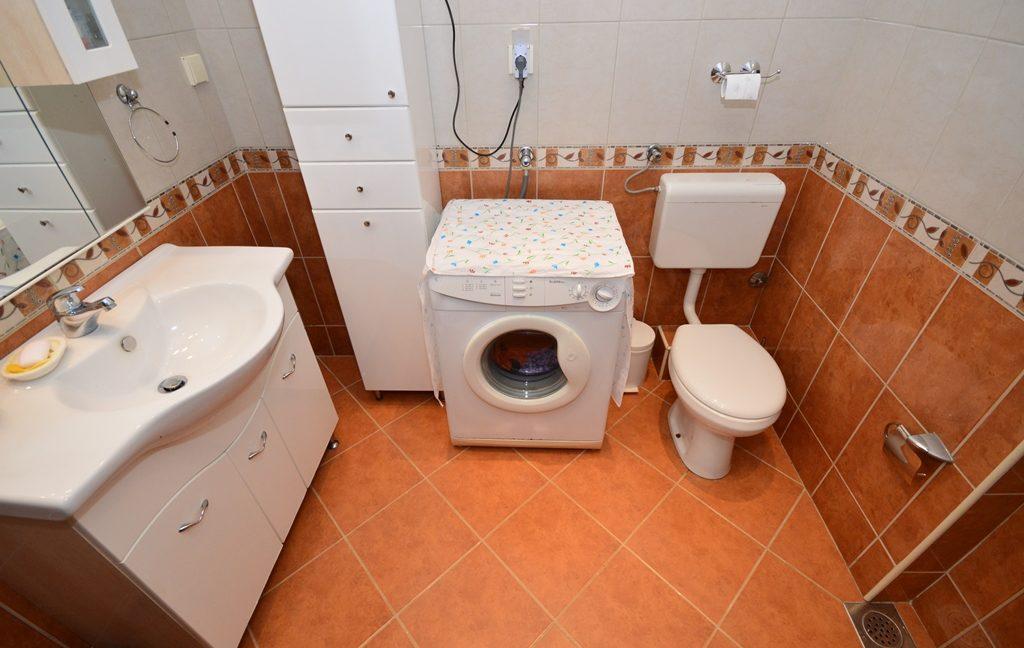 rn2381-beautiful-apartment-bathroom