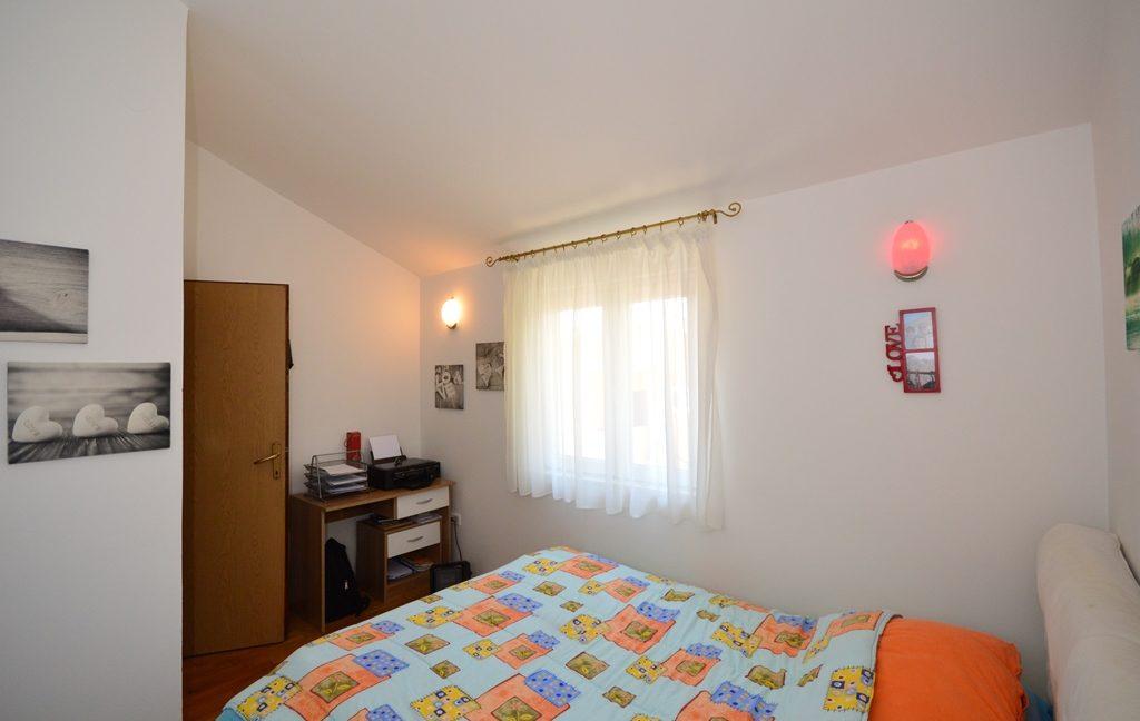 rn2381-beautiful-apartment-bedroom