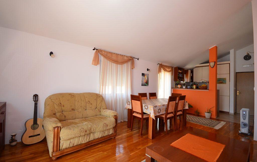 rn2381-beautiful-apartment-living-room-6