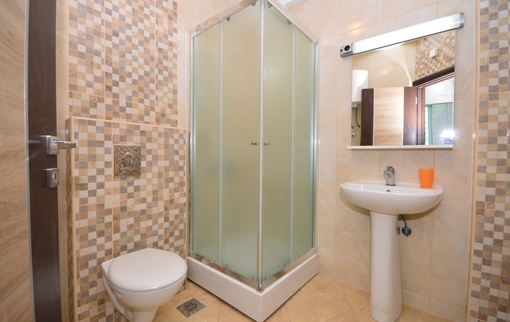 rn2382-practical-apartment-bathroom