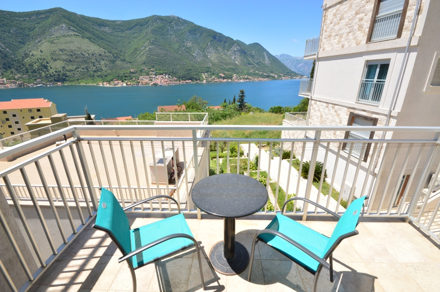 rn2383-lovely-apartment-balcony