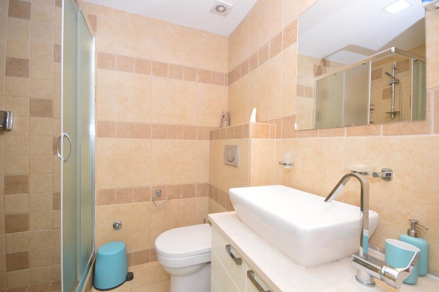 rn2383-lovely-apartment-bathroom