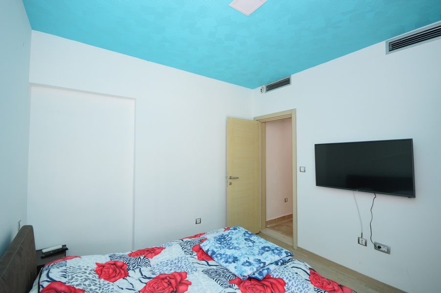rn2383-lovely-apartment-bedroom