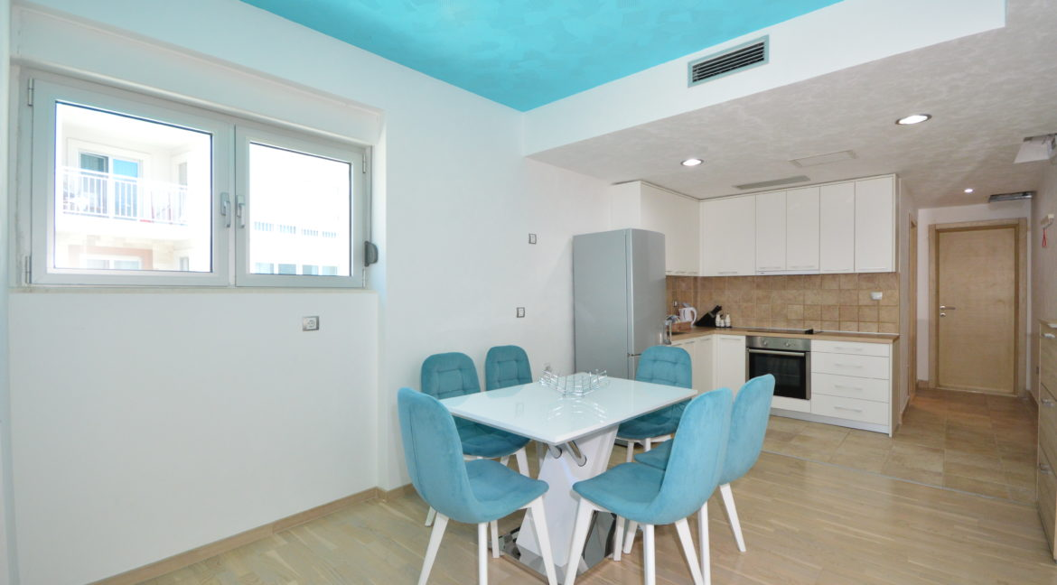 rn2383-lovely-apartment-dining-room