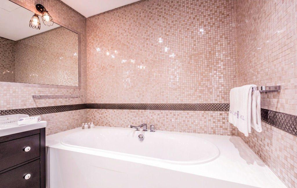 rn2384-luxury-apartment-bathroom-2