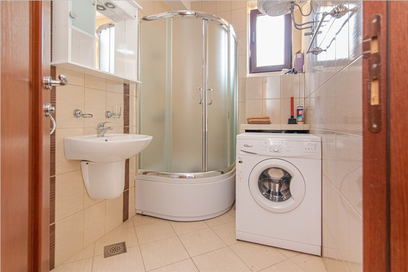 rn2385-centrally-situated-apartment-bathroom