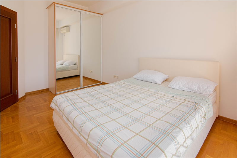 rn2385-centrally-situated-apartment-bedroom-2