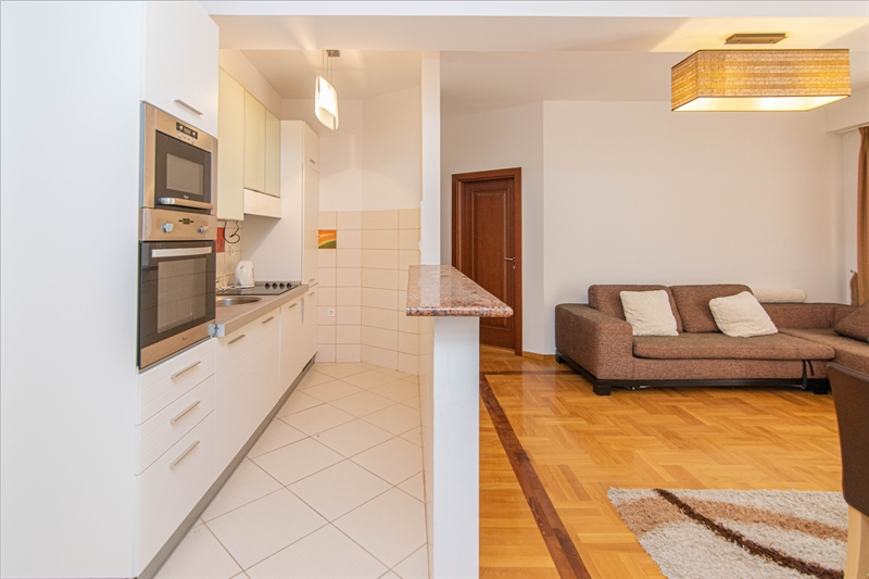 rn2385-centrally-situated-apartment-living-room-4