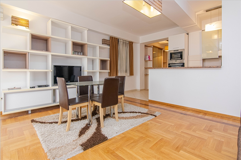 rn2385-centrally-situated-apartment-living-room-5