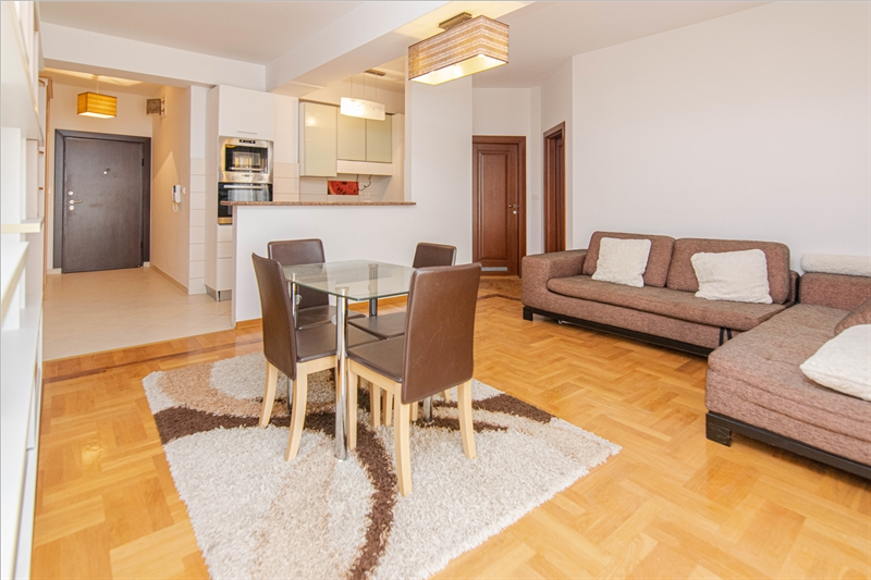 rn2385-centrally-situated-apartment-living-room-6